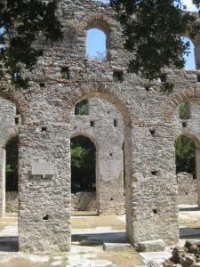 Christliche Kirche, Ruine im schattigen LAUBWALD