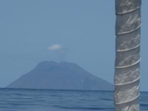 Der rauchende Stromboli, 10 Std. segelten wir darauf zu.Und dann gleich wieder weg!!!Starkwind.