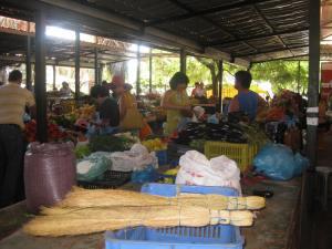 Markt in Sarrande, geschäftstüchtige Frauen