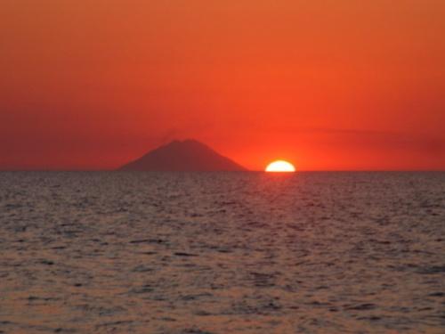 Sonnenaufgang_um_6_uhr_neben_der_insel_stromboli