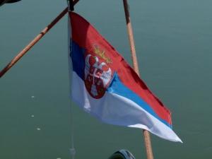 Wir setzen die serbische Flagge