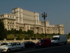 Das Parlament von Bukarest (2000x1500)Über den Palast des Volkes kann ich nur staunen. Ein Gebäude, das in seinen Dimensionen alles Vernünftige sprengt. - Kopie