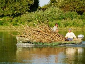 Statt ein Sprinter ein Boot zum Holztransport