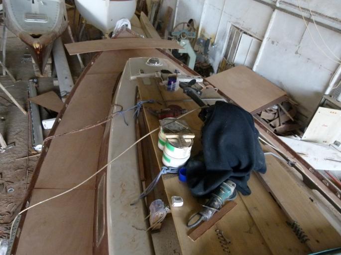 Die Zwischenschicht aus Sperrholz ist angebracht
