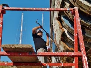 Der Mitarbeiteiter trennt die Außenhaut (1500x1125) (1000x750)