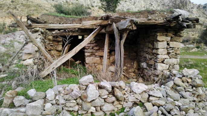 1 Haus mit Erddach aus vergangener Zeit