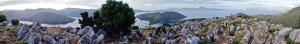 Panorama. Ganz hinten die Insel Simi
