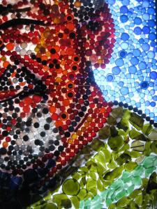rote Schraubdeckel und Bierflaschen-Glasscherben