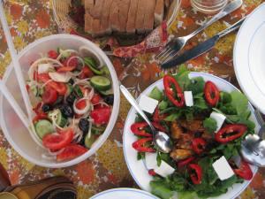 Rokkosalat+Sardinen, Feta. Bauernsalat-Segeln macht hungrig :-)