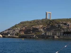 Zum Fotografieren-antikes Bogentor auf Naxos u. irre Brandung dahinter