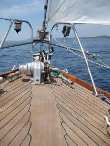 beide-segelschc3b6nes-teakdeck-trocknes-innenschiff