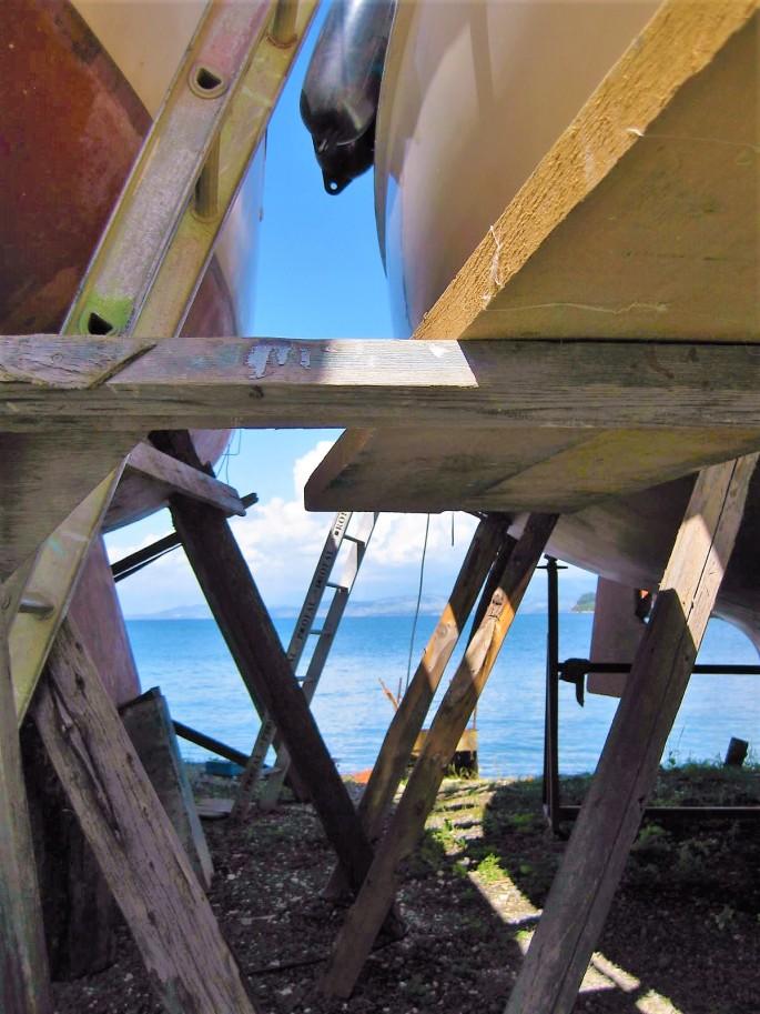 Corfu boatyard (1)Zw. Pfählen auf die Leiter