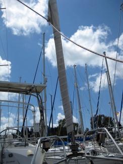 Das Vorsegel ist eingeführt, die Schoten segelbereit
