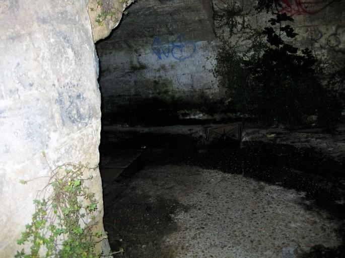 Gallipoli, Tunnel ohne Licht unter Bahngleisen
