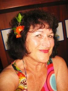 Gerdi mit Granatapfel-Blüte (3)