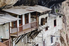 Kloster in der Felswand