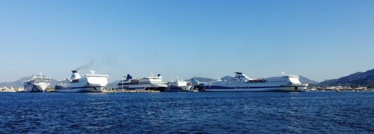 Kreuzfahrer und Fähren in Olbia