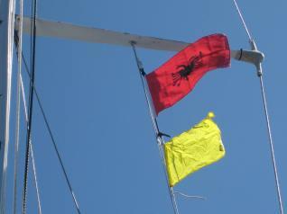 sarande-albanien-flaggensetzen-3