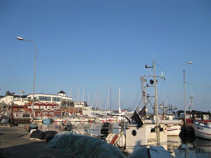 Zum Stadthafen Grisslehamn. (1)
